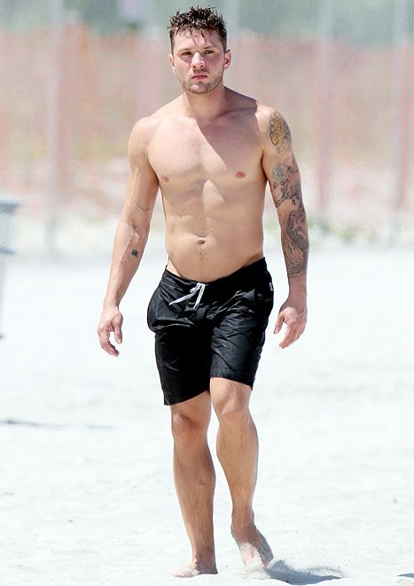Swoon Ryan Phillippe Goes Shirtless In Miami With Gf Paulina Slagter Shirtless Abs Shirtless Ryan Phillipe