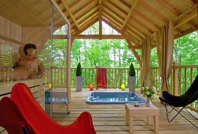 cypr s si haut cabane d 39 exception perch e dans les arbres avec jacuzzi et sauna tropical pour. Black Bedroom Furniture Sets. Home Design Ideas