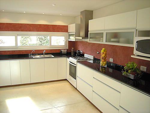 Mueble de cocina realizado a medida en melamina blanco for Muebles de cocina anos 80