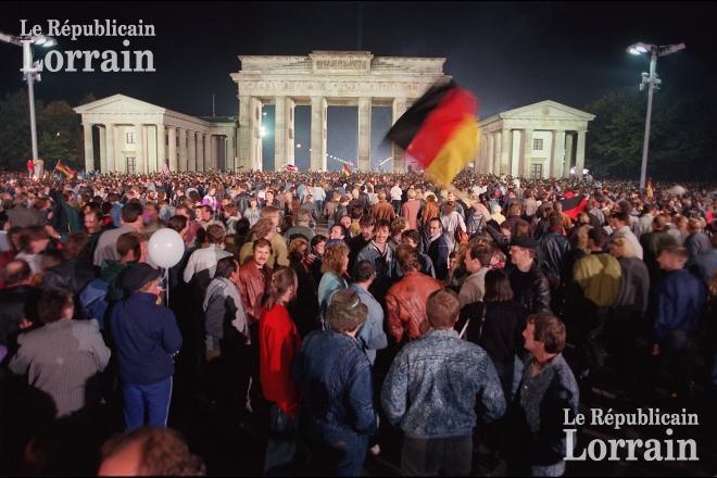 France - Monde | Une date, une image: de la chute du mur de Berlin à la disparition de la RDA #murdeberlin France - Monde | Une date, une image: de la chute du mur de Berlin à la disparition de la RDA #murdeberlin