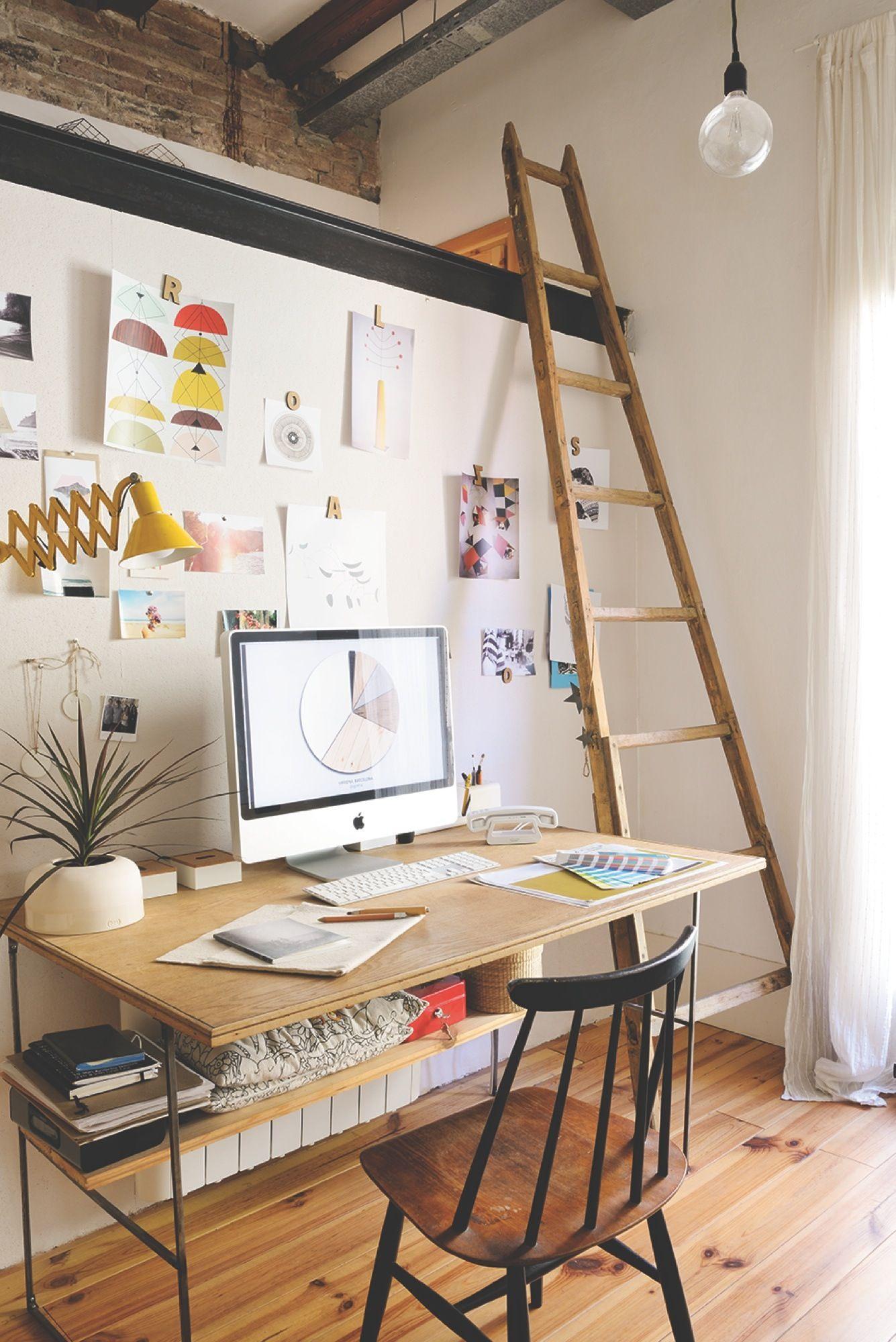 Zona de estudio con mesa silla y escalera de madera que for Silla escalera de madera