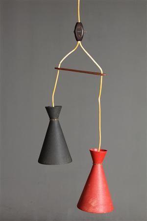 2 pendler i aluminnium, mat rød og sort finish, med afstandsstykke af teaktræ.H 23 cm. Vurd. 1000 kr.