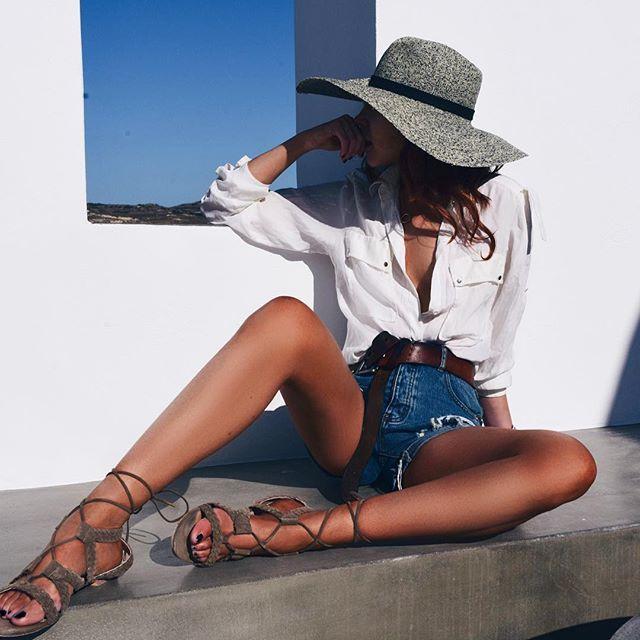 Short jeans, camisa branca de botão e um chapéu de arrasar! Look Grécia.