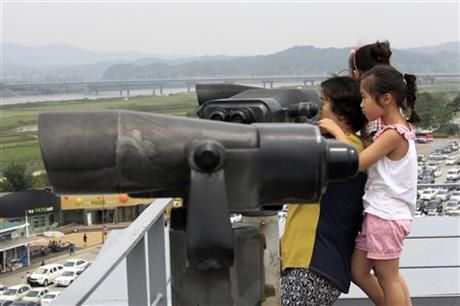A family member uses binoculars to watch toward North Korea at the Imjingak Pavilion near the border village of Panmunjom which has separated the two Koreas since the Korean War, in Paju, South Korea, Saturday, June 7, 2014. (AP Photo/Ahn Young-joon) ▼7Jun2014AP|North Korea says it is holding an American tourist http://bigstory.ap.org/article/north-korea-says-it-holding-american-tourist-0 #Imjingak_Pavilion #Paju
