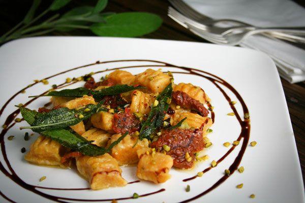 Susskartoffel Gnocchi In Zitronen Salbei Butter Mit Gehackten Pistazien Rezept Rezepte Vegetarische Gerichte Susskartoffel Gnocchi