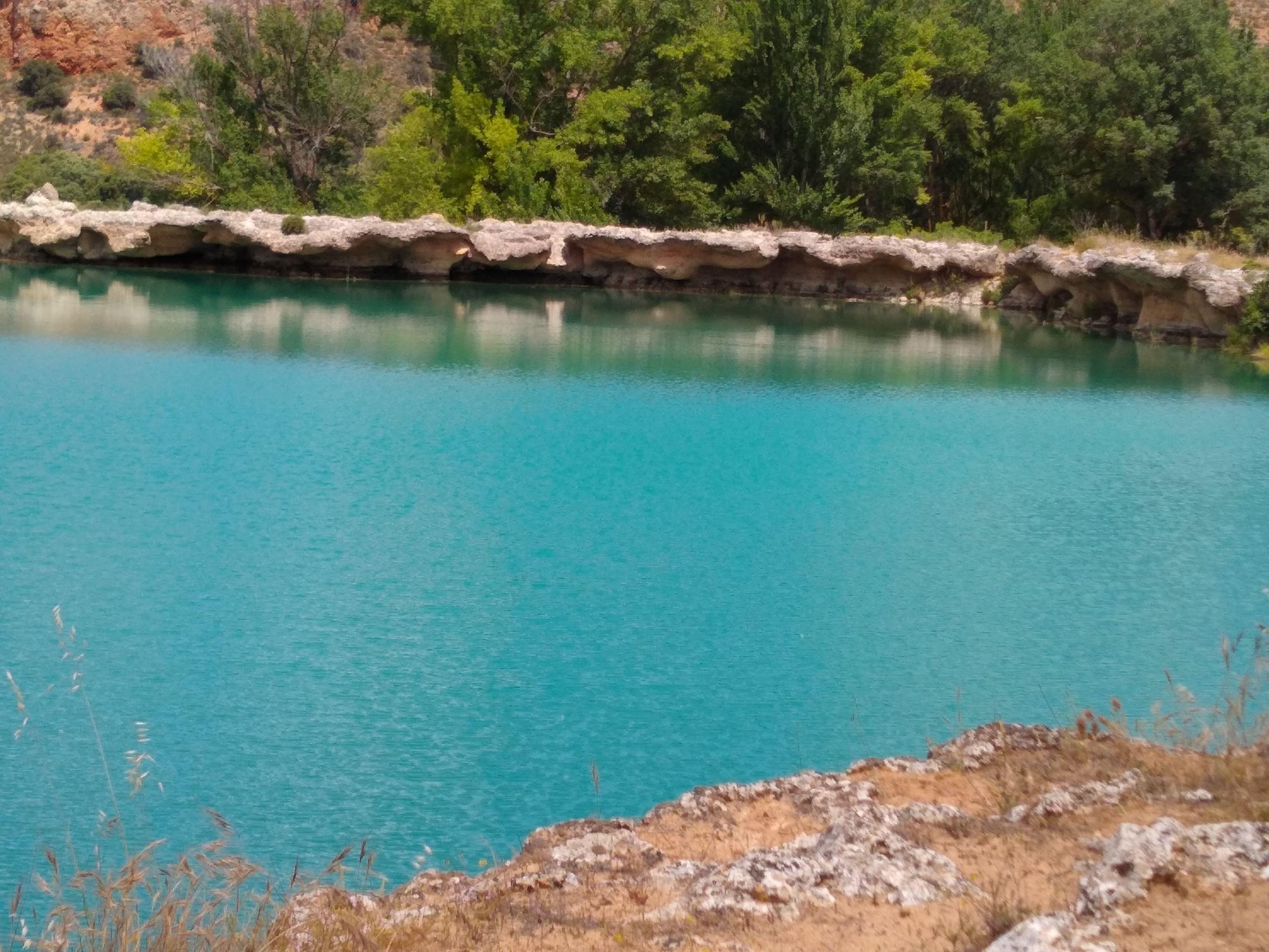 Laguna Lengua, de un precioso azul turquesa y al fondo sus muros de toba calcárea
