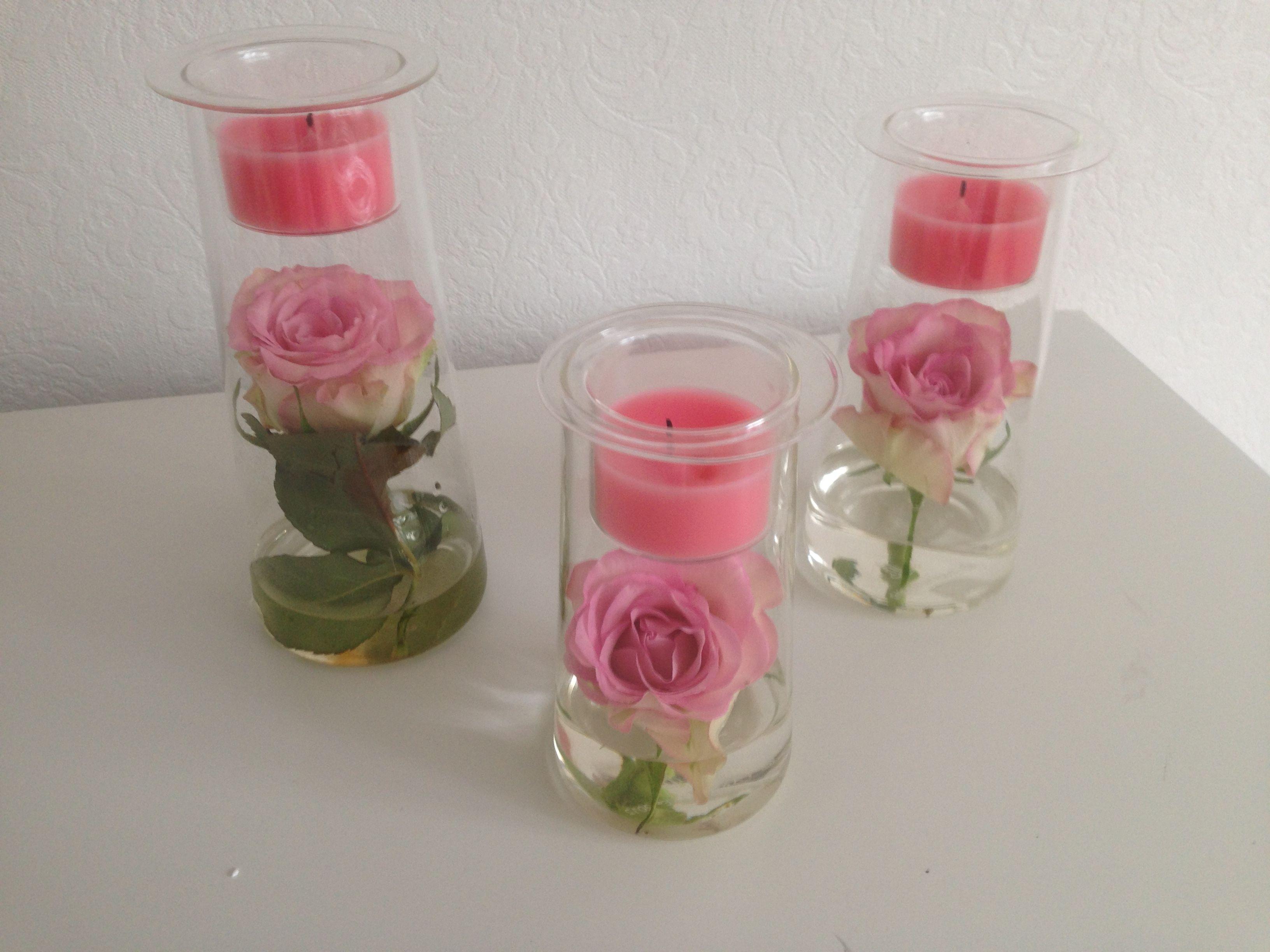 Aidot ruusut, olleet kuvaushetkellä viikon Symmetrioiden sisällä. Kestivät kaikkiaan lähes kuukauden, kunnes vaihdoin ne toisen värisiin.