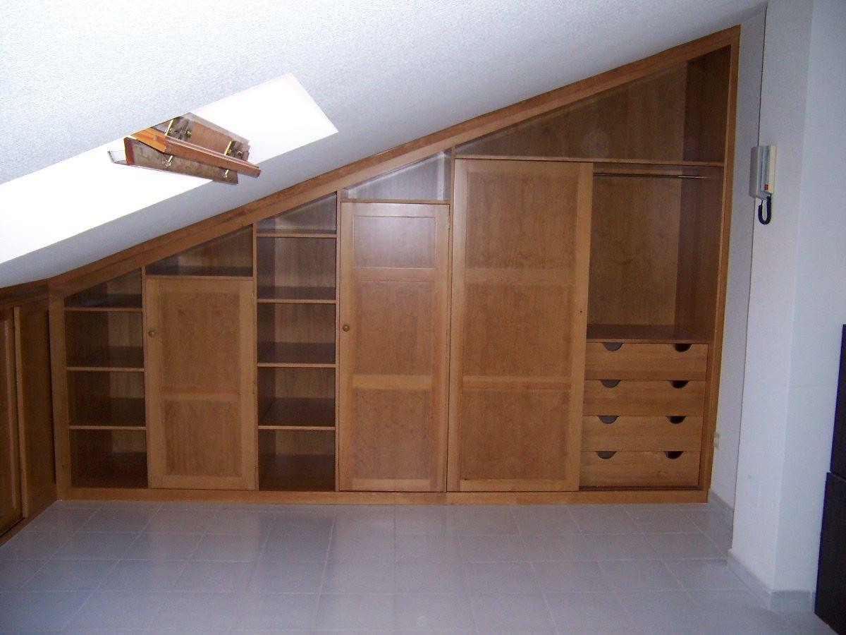 Armario en zona de bajo cubierta dos puertas correderas y for Barra bajo escalera