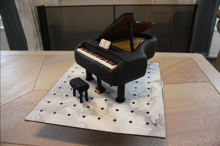 piano cakes with fondant | Cake was a vanilla sponge, the lid was solid chocolate, the keys were ...