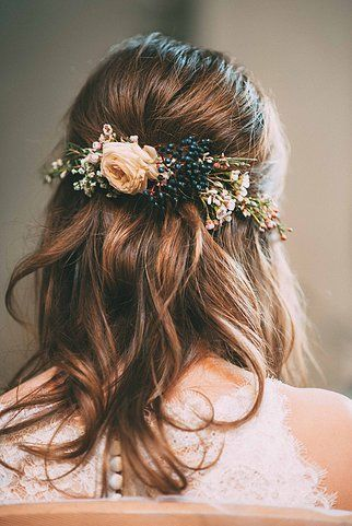 Schone Schlichte Frisur Mit Tollen Blumenelementen Hochzeit