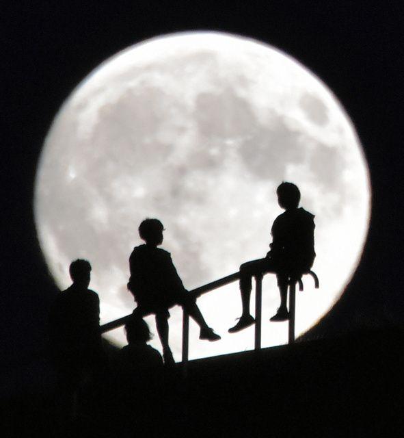 手すりに腰掛けて、中秋の名月を楽しむ人たち=27日午後5時47分、札幌市東区のモ - Yahoo!ニュース(朝日新聞デジタル)