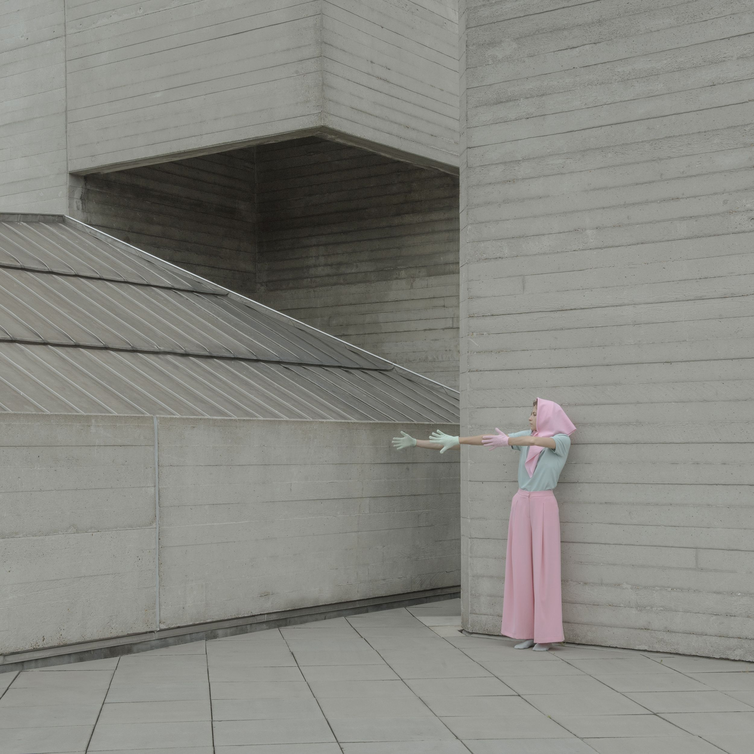 Hungarian photographer Marietta Varga offers us a new poetic series entitled Raw Hill. She wanted to pay tribute to the brutalist architecture that characterizes the architecture after World War II between 1950 and 1975. She created portraits of a duo in buildings like the National Theatre of Great Britain, Barbican Estate, and the Alexandra Road Estate, in London. The result : a collection of pictures that lets us dreaming with models that merge perfectly in the scenery.