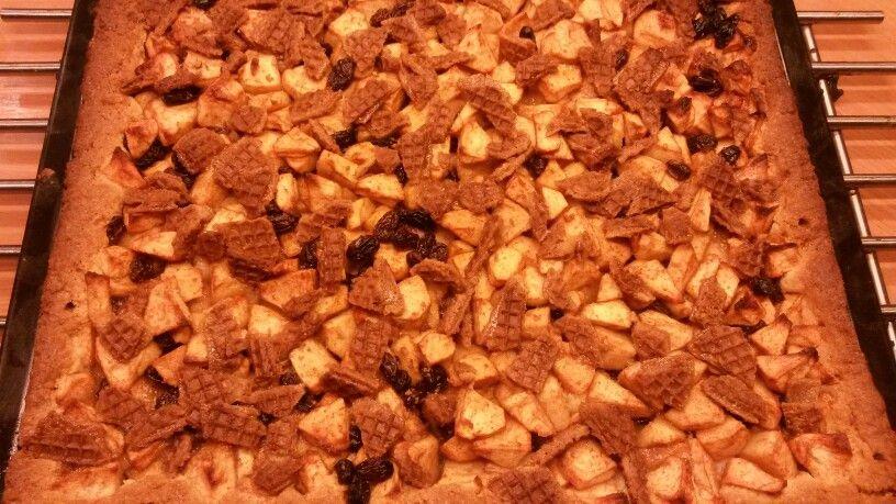 Appeltaart, zoals je die altijd maakt, maar in plaats van reepjes deeg strooi je er voor het bakken kleine stukjes stroopwafel over. Heerlijk !