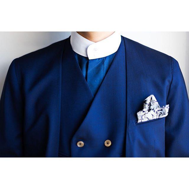 ライトブルーノーカラー×クレリックスタンドカラーシャツ。