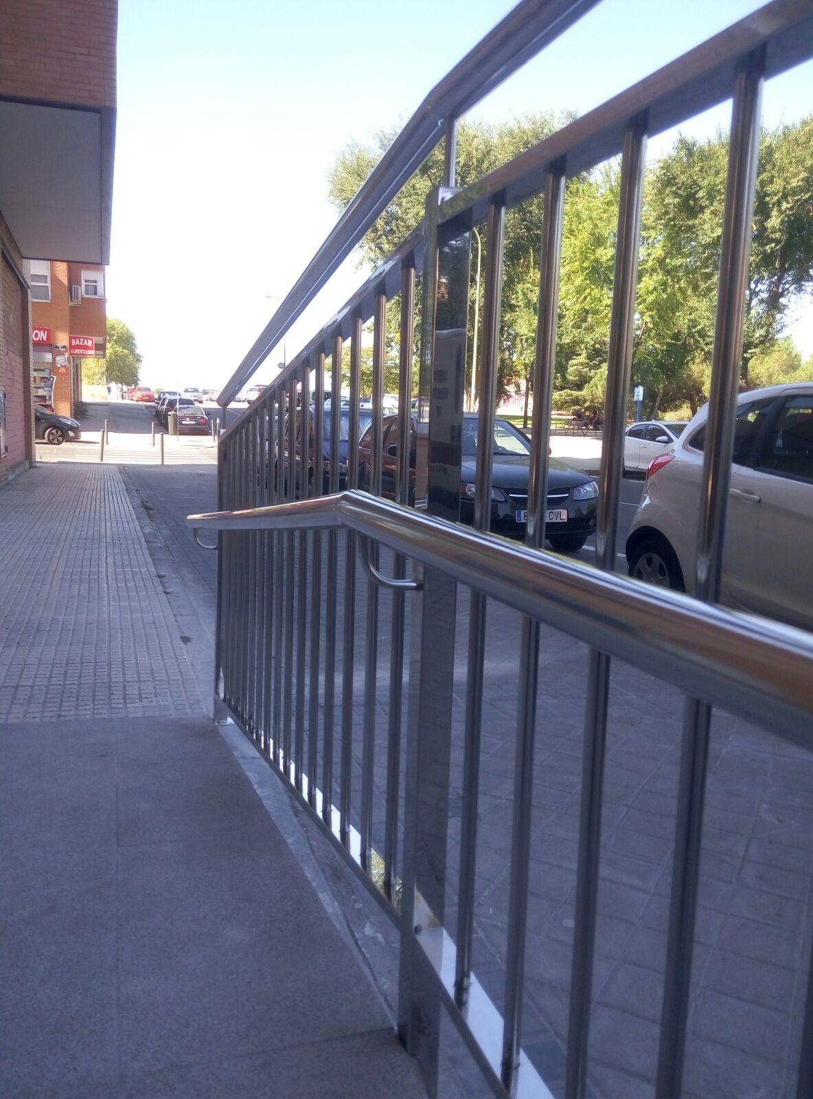 Barandilla con doble pasamano para rampa minusvalidos de for Escalera discapacitados