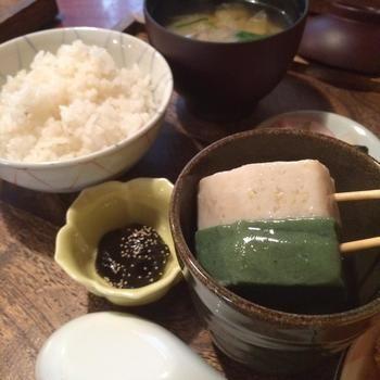 食べ応えのある大きめの生麩はとても美味しいと評判です。 湯飲みに入って出てくるので、熱々を頂けます。 細やかな心配りが、まさに京都ですね。光泉洞 寿み
