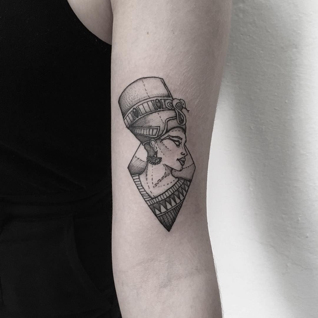 Cuales Son Los Tatuajes De Rihanna nefertiti | tatuagem egípcia, tatuagem nefertiti, tatuagem
