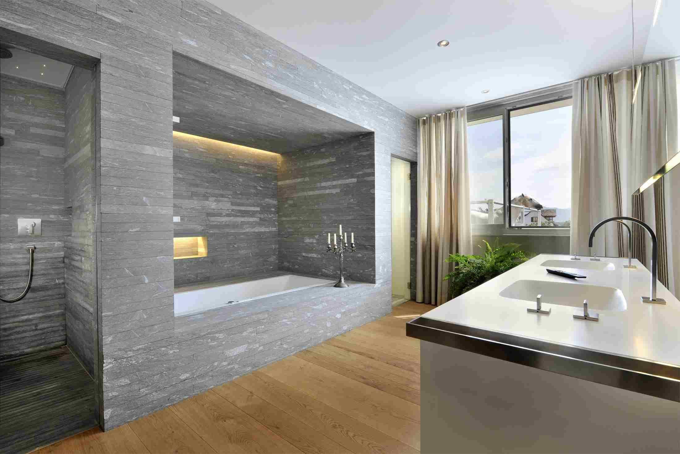 salle de bain pierre gris baignoire déco bougies parquet bois évier moderne