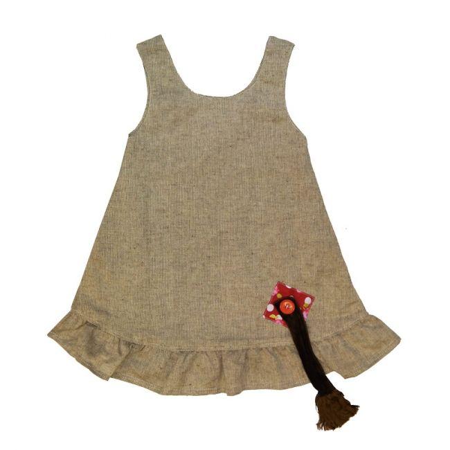 Kaunis mekko puuvilla-pellavaa laivastonsinisessä sävyssä ja pilkullisilla taskuilla! Irtohäntä kiinni takana. Häntä kiinnitetään napilla eli hännän voi tarvittaessa myös irrottaa. Leveä röyhelörimpsu helmassa, kaksinkertainen yläosa.Suomessa käsintehty pikkuriikkisine yksityiskohtineen. Rajoitettu erä.