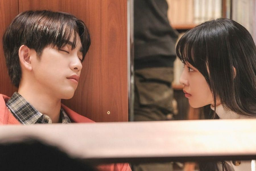 """Jeon So Nee Can't Take Her Eyes Off Of GOT7's Jinyoung In """"When My Love Blooms"""""""