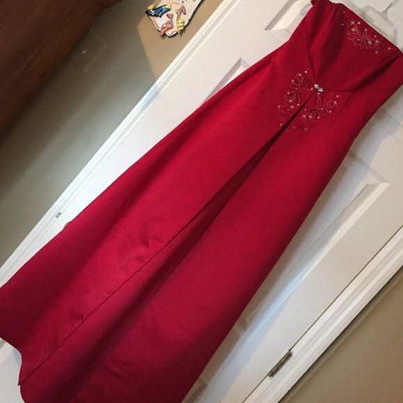 Formal gown Formal Night out, Prom dress or Bridesmaid dress! Comes with a shoulder shrug. Burgundy in color with detailed top and waistline. Michaelangelo Dresses Strapless
