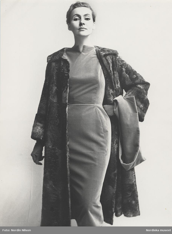 290d28a1979 Modell i klänning med kappa i grå breitschwantzpäls. Fotograf: Nordin Nilson