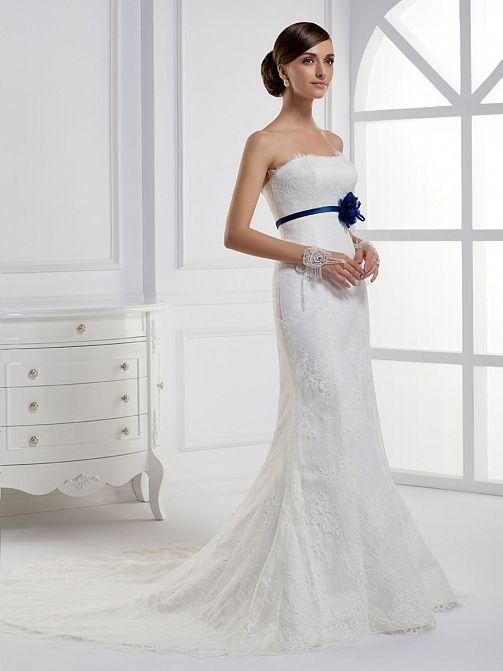 Vestido novia strapless en tull, con un precioso lazo azul que marca ...