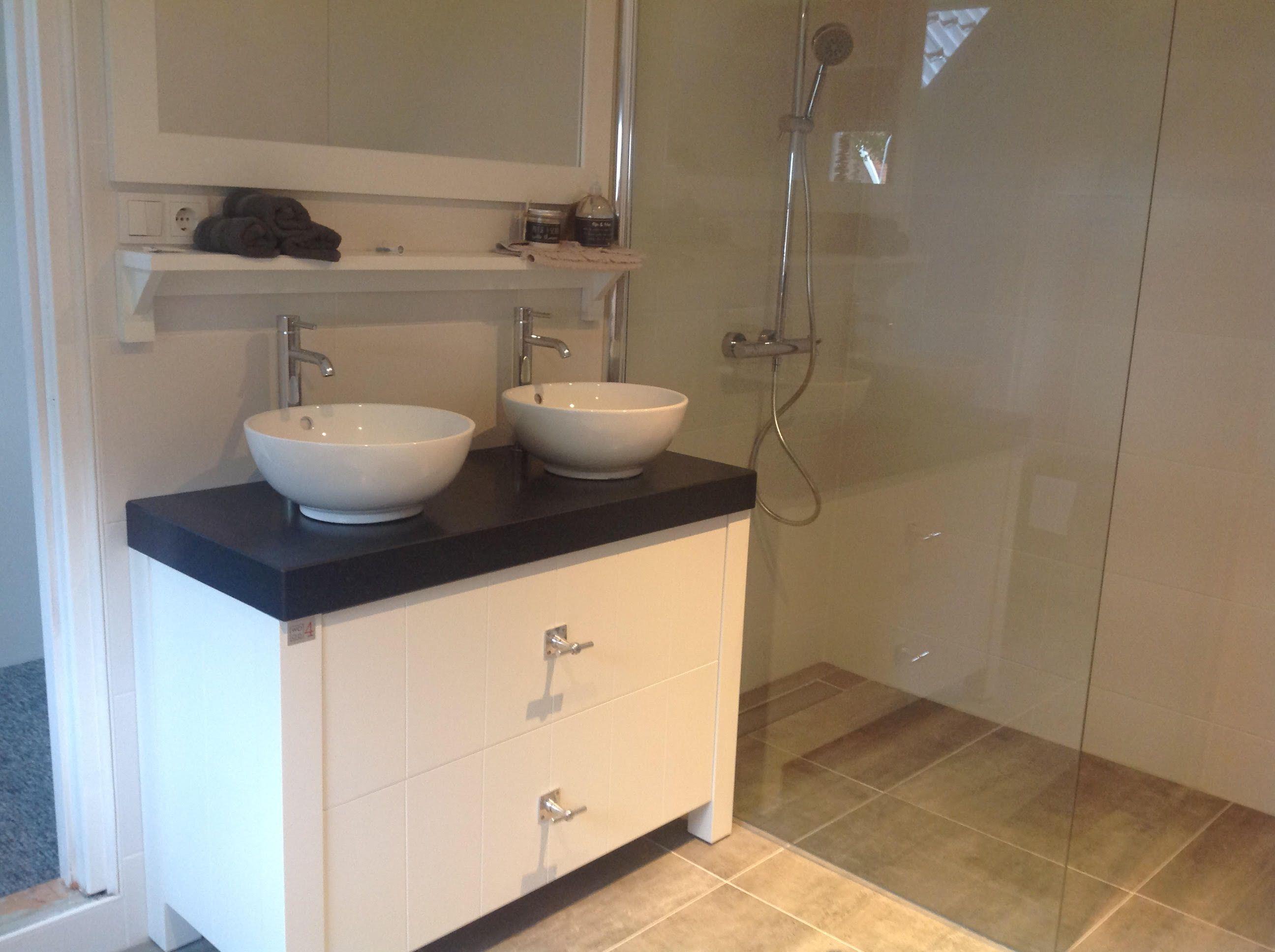 badkamermeubel van wood4 met een keramisch blad en keramische