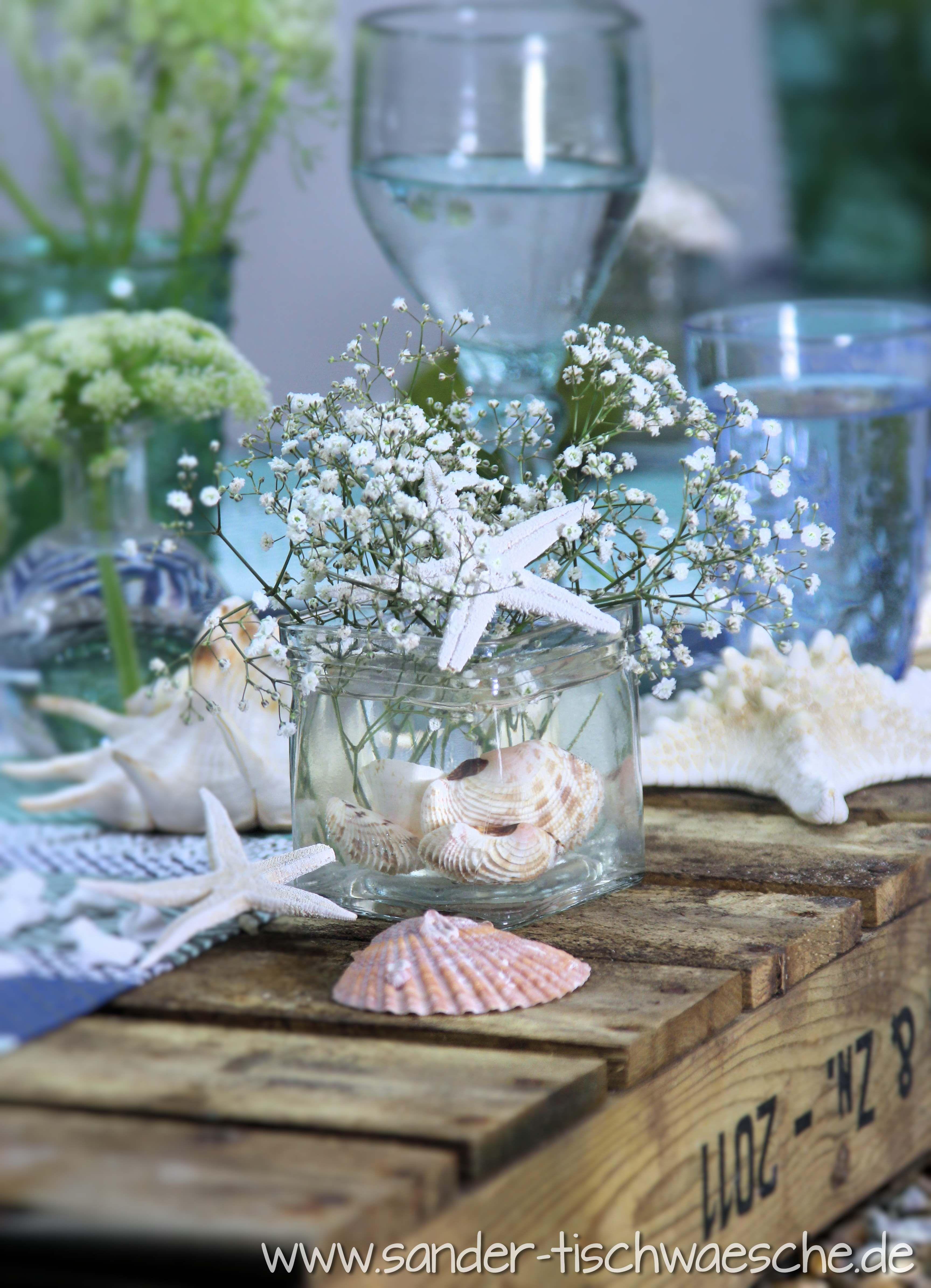 Sommerlicher maritimer Tisch  Gedeckter Tisch in 2019  Maritime Hochzeit Blumendeko hochzeit