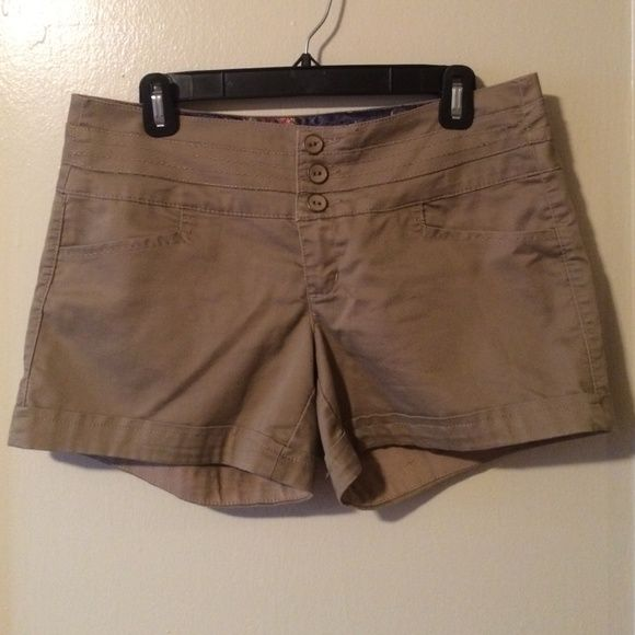 Khaki Shorts These are a nice pair of khaki shorts that have only been worn a couple of times. They are a nice option for girls who don't want short shorts, as they are a bit longer than most shorts are made nowadays. They are very comfortable and are a size 9. Copper Key Shorts