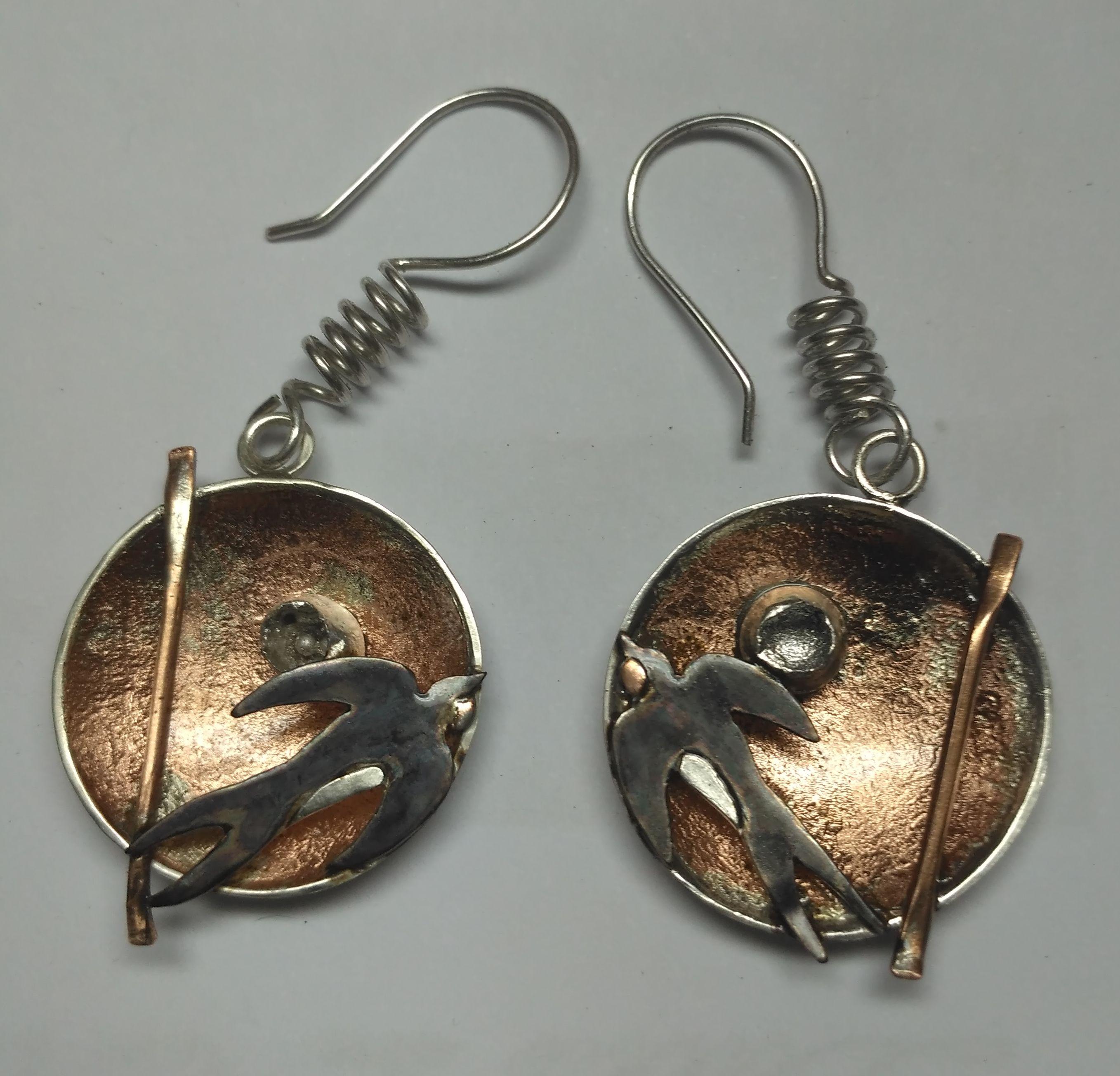Pendientes de golondrinas de plata y cobre. Fabricación artesanal.