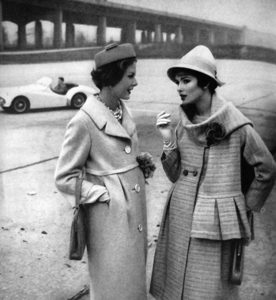 Women talking (With images) | Vintage fashion photography, Vintage ...