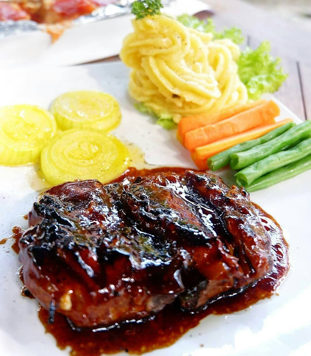 Bistik Tuna Bakaran Daging Ikan Tuna Segar Disajikan Dengan Mashed Potato Stup Sayuran Saus Bistik Food Dinner Pork
