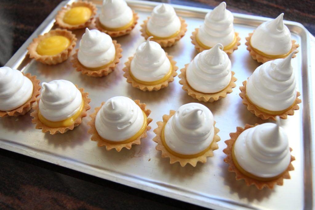 Lemon meringue pie med pasjonsfruktsmak - Krem.no #lemonmeringuecupcakes