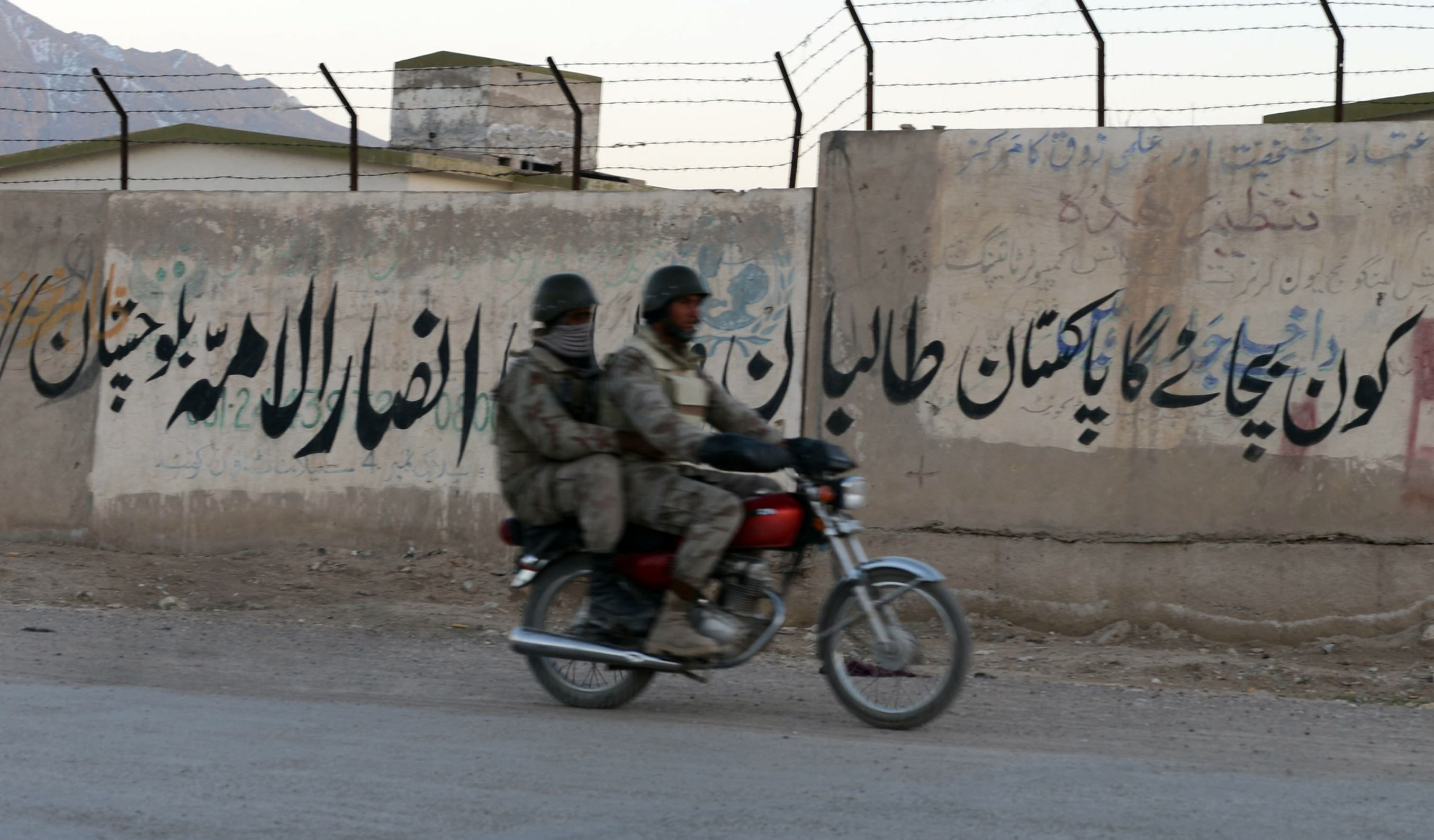 Pakistani paramilitary soldiers ride on a motorcycle - Fournis par AFP
