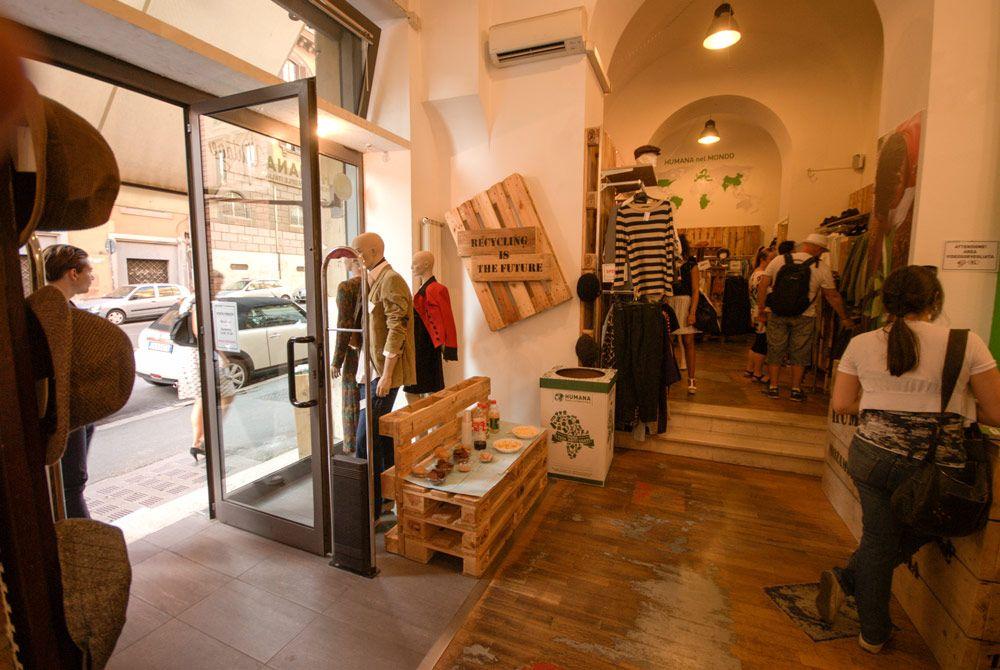 Arredamento negozio humana abbigliamento vintage roma for Occasioni arredamento roma