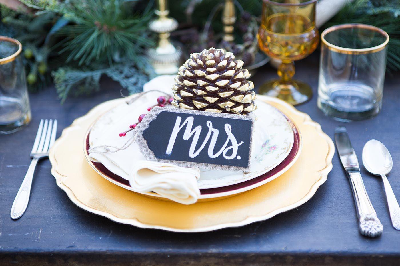 Schöne Idee für Tischkarten zur Hochzeit mit Tannenzapfen © Shelly Taylor Photography