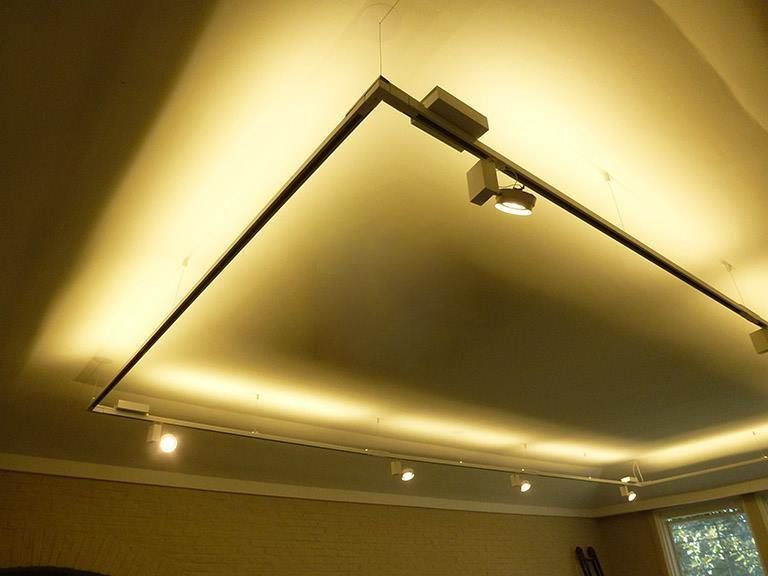 Cuadro Suspendido De Riel Ilutec Con Iluminacion Indirecta De Led Ceiling Lights Track Lighting Lighting