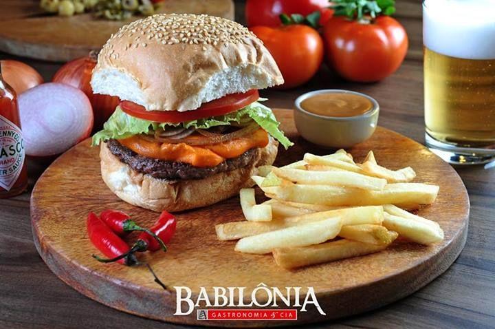 Babilônia Burguer: Home made, 100% mignon, cheddar, cebola frita, alface e tomate.