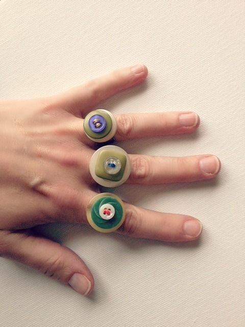 From Cul-de-sac Cool: DIY BUTTON RINGS. Not only are they perfect for spring, but they are so easy to make. These button rings have that bohemian, Anthropologie, vintage, cool look. Enjoy!
