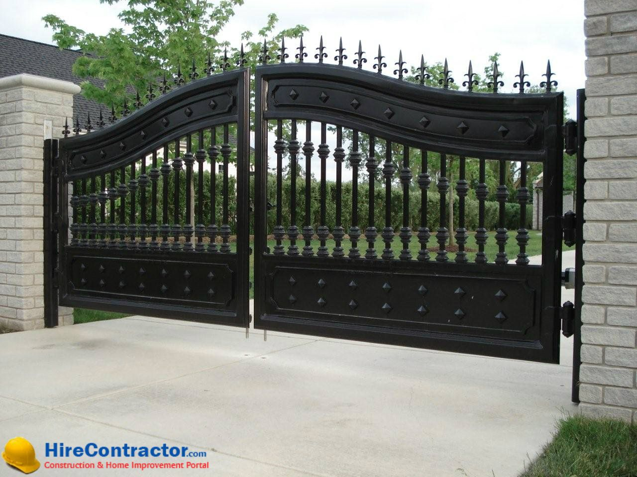 Www Hirecontractor Com Driveways And Your Gates Are The First Things That People Notice When Entrance Gates Design Iron Gate Design Wrought Iron Driveway Gates