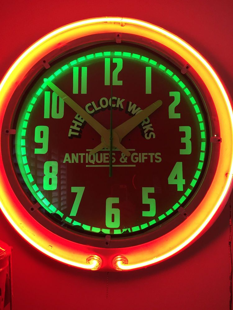 THIS BEAUTIFUL CLOCK HAS TWO NEON COLORS IN GREEN AND