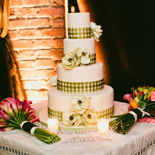 White and green checkered wedding cake // Sasithon Photography ...