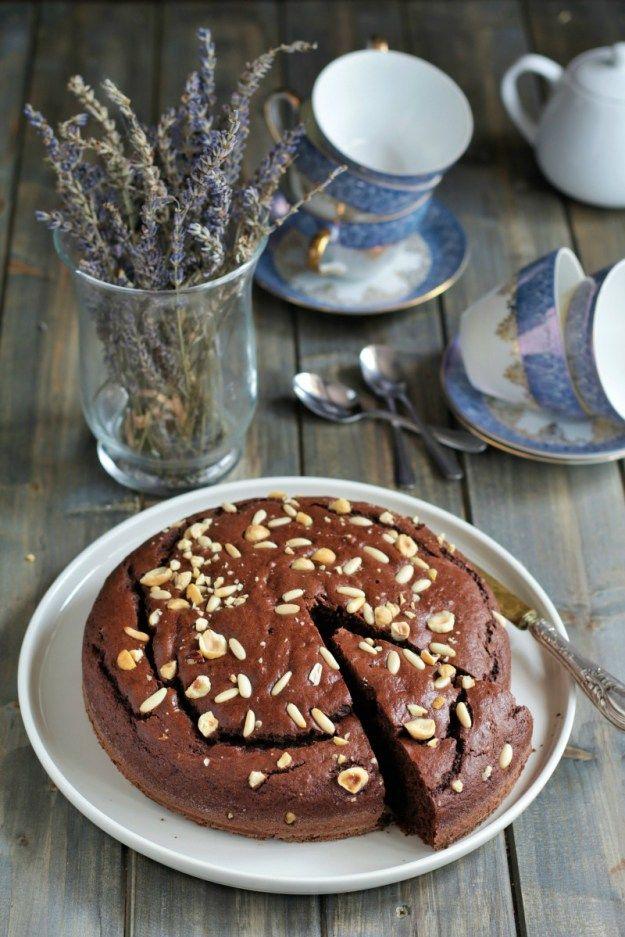 La torta soffice al cacao è un dolce semplicissimo da preparare, adatto ad ogni occasione e piacerà proprio a tutti! Perfetto sia a merenda che a colazione ma anche come dolcetto di fine pasto, mag…