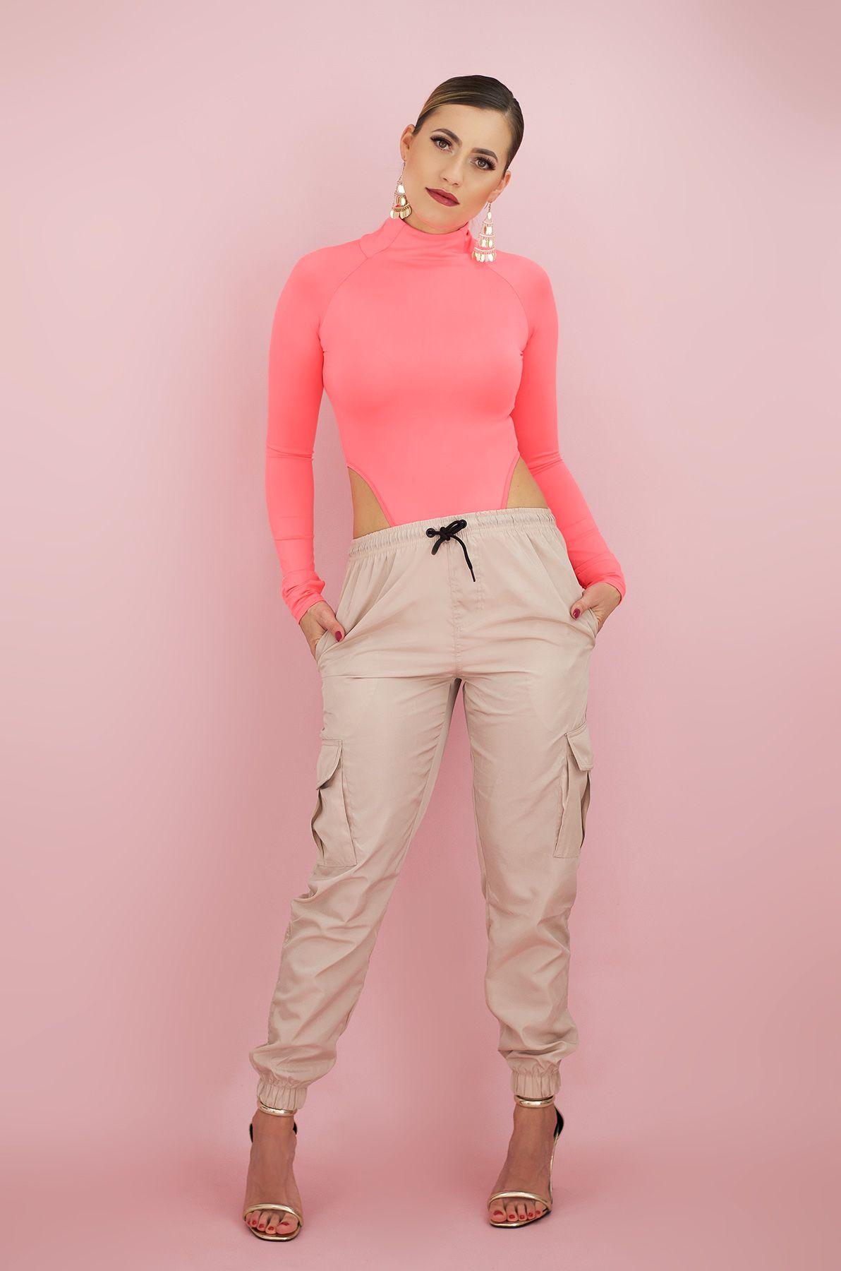 Beige Cargo Hose mit Kordelzug und rosa neon Body