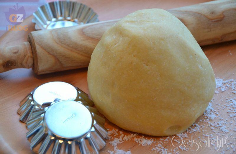 PASTA FROLLA AL COCCO INGREDIENTI (Per circa 40 biscotti oppure per una crostata da 26 cm) 300 gr di farina 00 180 gr di burro morbido 4 tuorli d'uovo 100 gr di ...