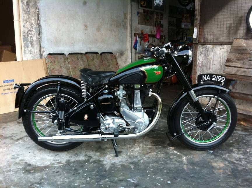 This One Looks Very Similar Than Mine Was Colour Of The Tank Is Same But Emblem Is Different Haven T Found Classic Motorcycles Vintage Bikes Retro Motorcycle