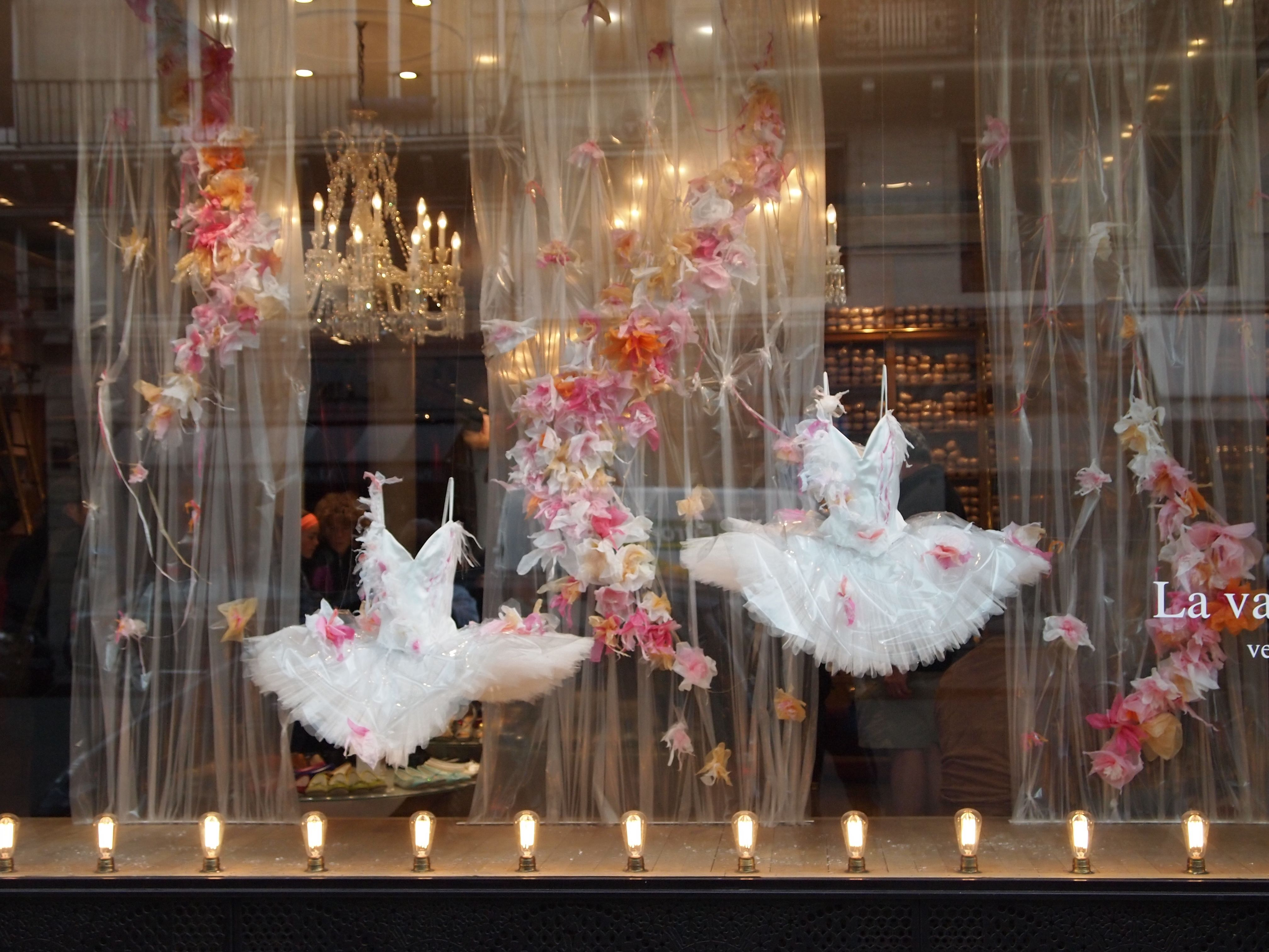 Repetto shop window displays in paris they have best for Ballet shoes christmas decoration