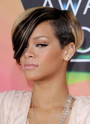 Rihanna Her Hair Through The Years Rihanna March 2010 Rihanna Hairstyles Rihanna Short Hair Short Hair Styles