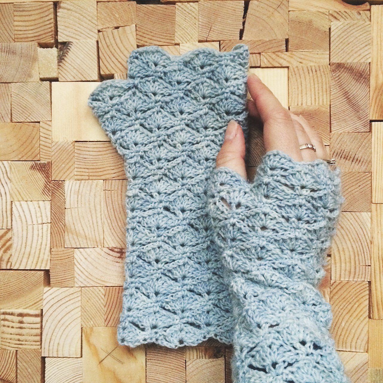 Pretty fingerless gloves, perfect for one skein of sock weight ...